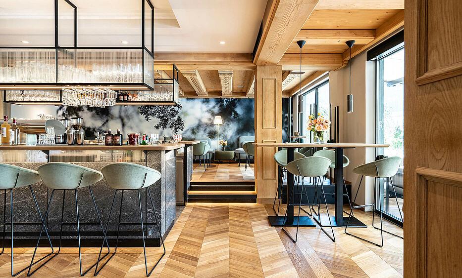 Hoteleinrichtung von der id werkstatt aus Vorchdorf, Hotel Pirchnerhof in Reith, Rezeption, Speisesaal und Bar Umbau