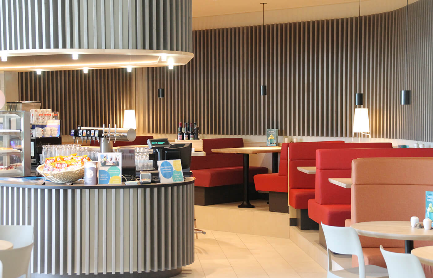 Atoll Achensee, Bar Design im Wellnessbereich, Lamellenfront in der Gastronomie Einrichtung
