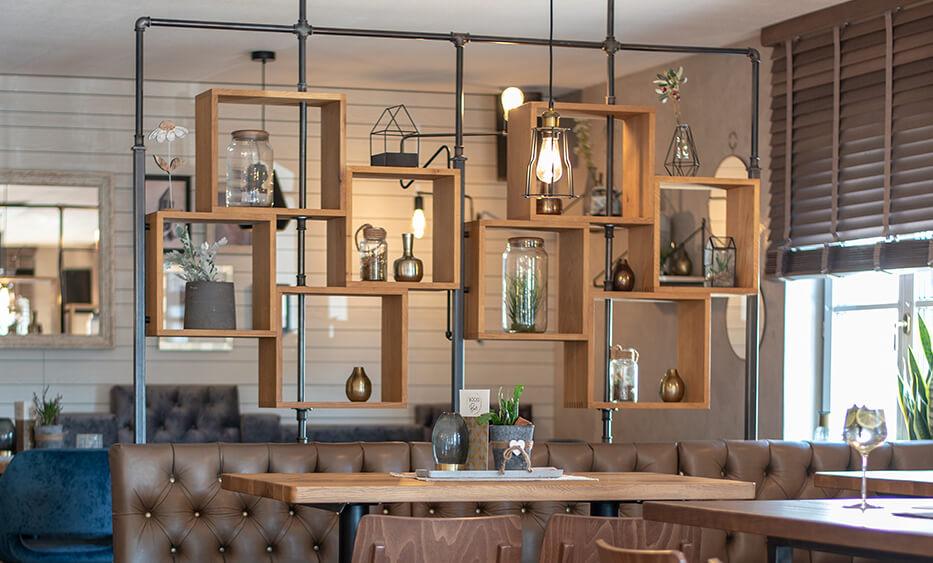 Boeckhiasl, neukirchen an der vöckla, regal, wandgestaltung, gastromöbel, holz metall regal, restaurant design