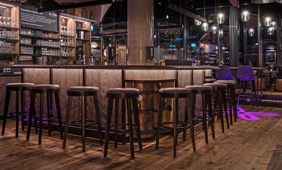 roasthaus niederndorf, bar design, bar einrichtung, bar front, metallfront, barhocker, bar einrichtung