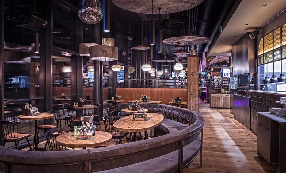 roasthaus niederndorf, restaurant einrichtung, restaurant design, licht design, runde bank, rustikal, barfront eisen und fließen
