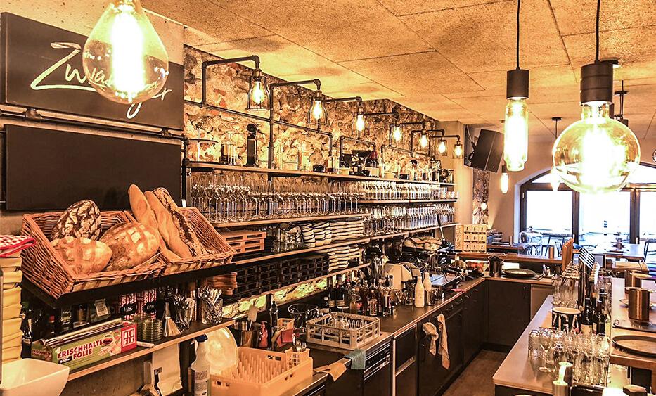zwanzger leoben, bistro einrichtung, lichtkonzept, licht design, rustikale bar, warme atmosphäre