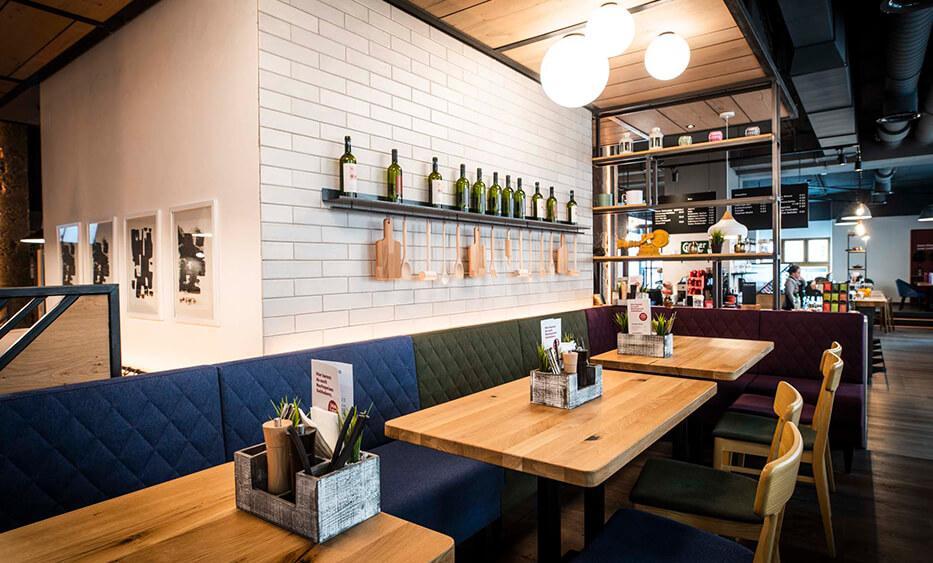 Restaurant - Liebhaberei Linz, Sitzbereich mit Sofabänken in verschiedenen Farben - ID-Werkstatt, Innenarchitektur aus Österreich