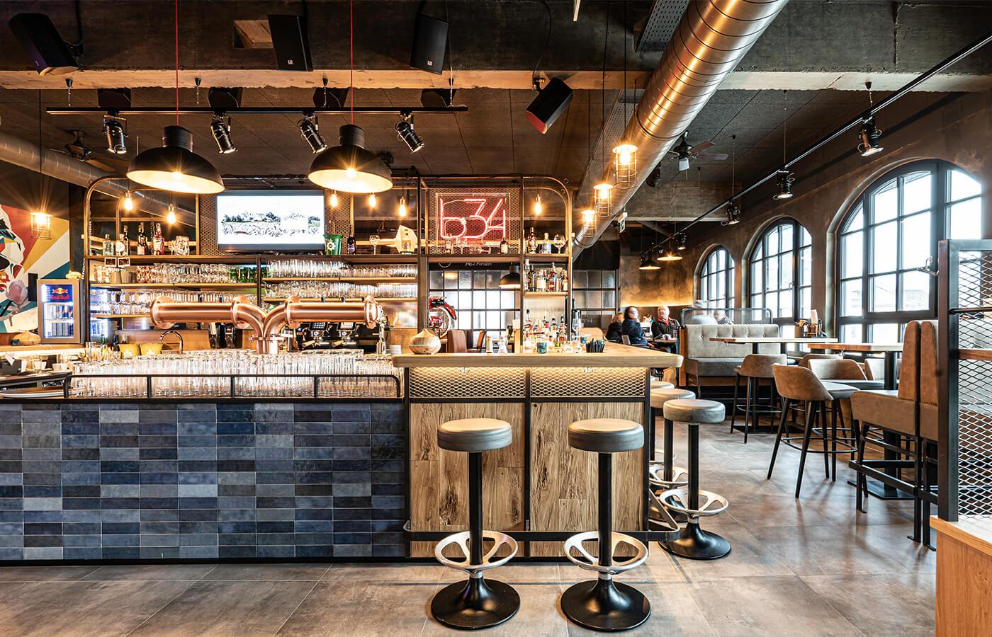 Gastronomieeinrichtung von der id Werkstatt aus Vorchdorf, Barfront aus Streckmetall mit Eichenpult, Schank front verfliest.