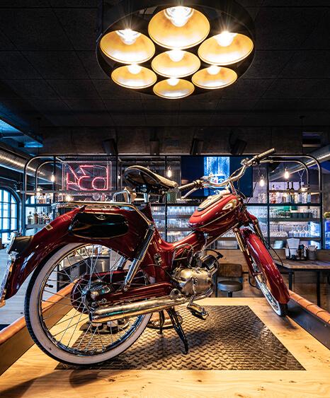 """Refenrenz """"b34"""" in Rohrbach. Dekoration mit altem Motorrad. Bar und Restaurant Design inklusive dekoration durch id Werkstatt."""