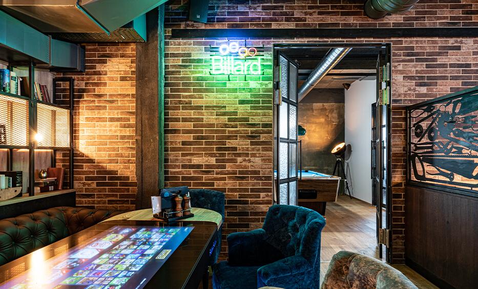 Einrichtung Bertlwiesers in Rohrbach, Billiardtisch, Spieltische und Spielekonsolen sind im Industrial Stil des Restaurants, durch die id Werkstatt integriert.