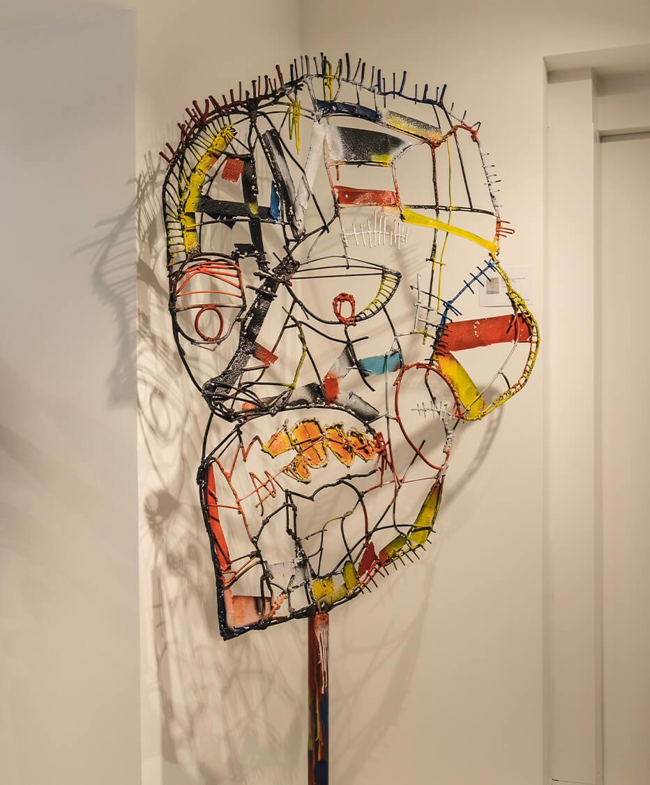 Kunstwerk aus Stahl bzw. Draht mit Buntglas Füllungen die in Handarbeit gegossen wurden in der Biogena Art Gallery Vienna - Inneneinrichtung von der id Werkstatt