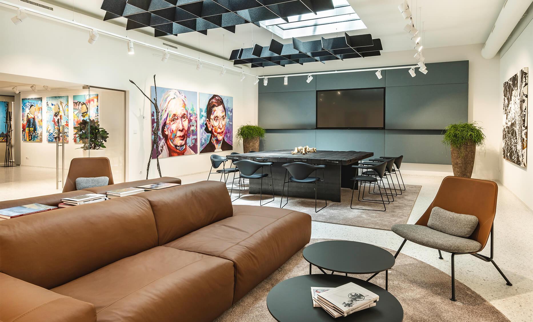 Gemütliche Lounge Möbel von der Firma Prostoria in sattelbrauner Leder Ausführung von der id Werkstatt