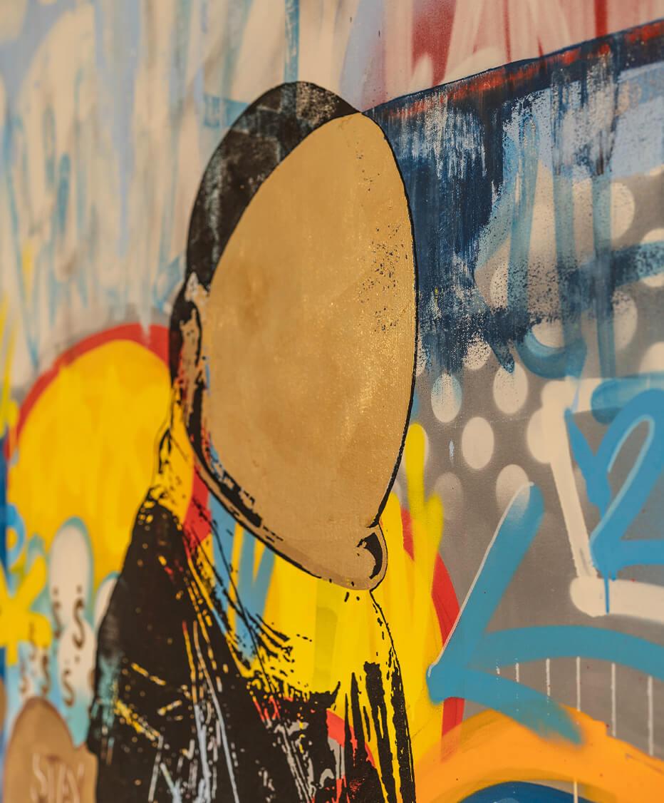 künstlerische Interpretation eines Astronauten mit bunten Farben und Gold auf Leinwand gemalt - Interior Design by id Werkstatt