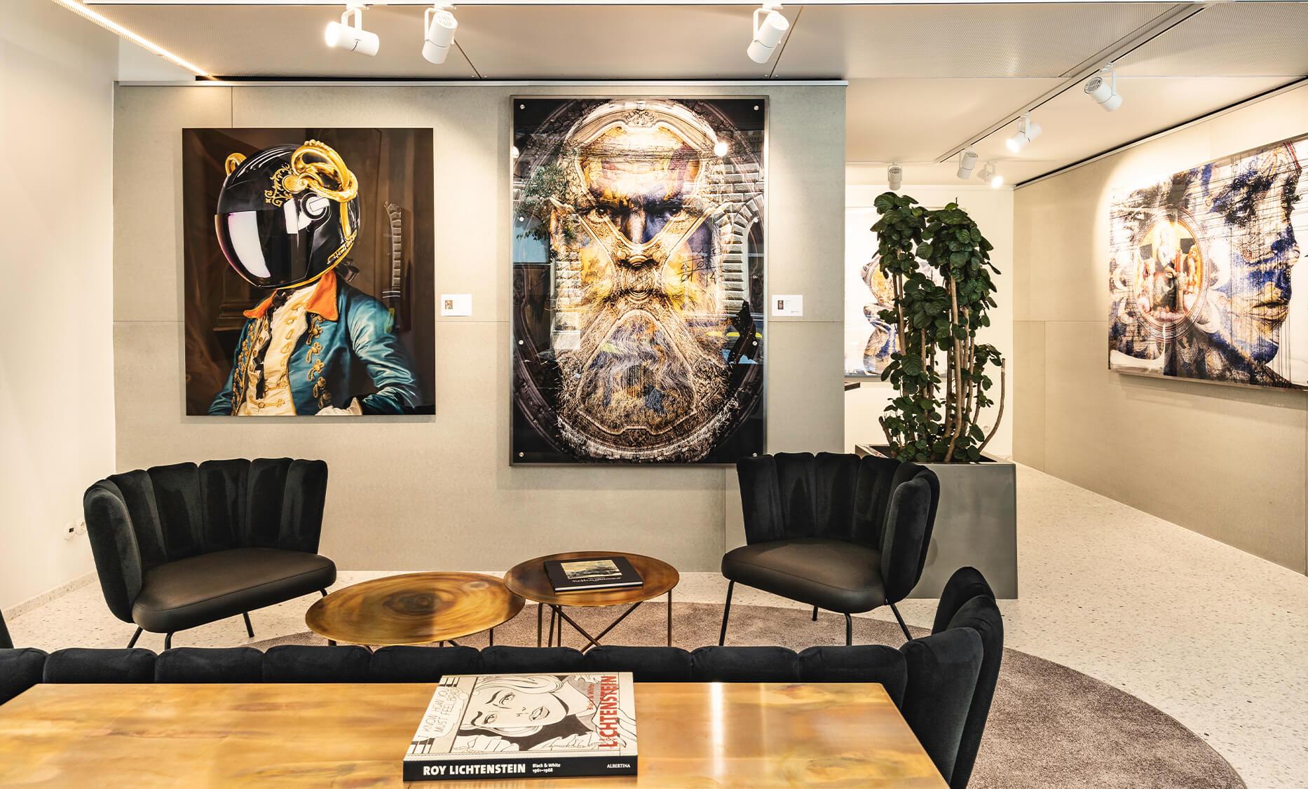 Bilder Kollektion von verschieden Künstlern, gestalten die rein weißen Wände von der Biogena Art Gallery Vienna - Möbel und Einrichtung sowie die Teeküche von der id Werkstatt aus Vorchdorf