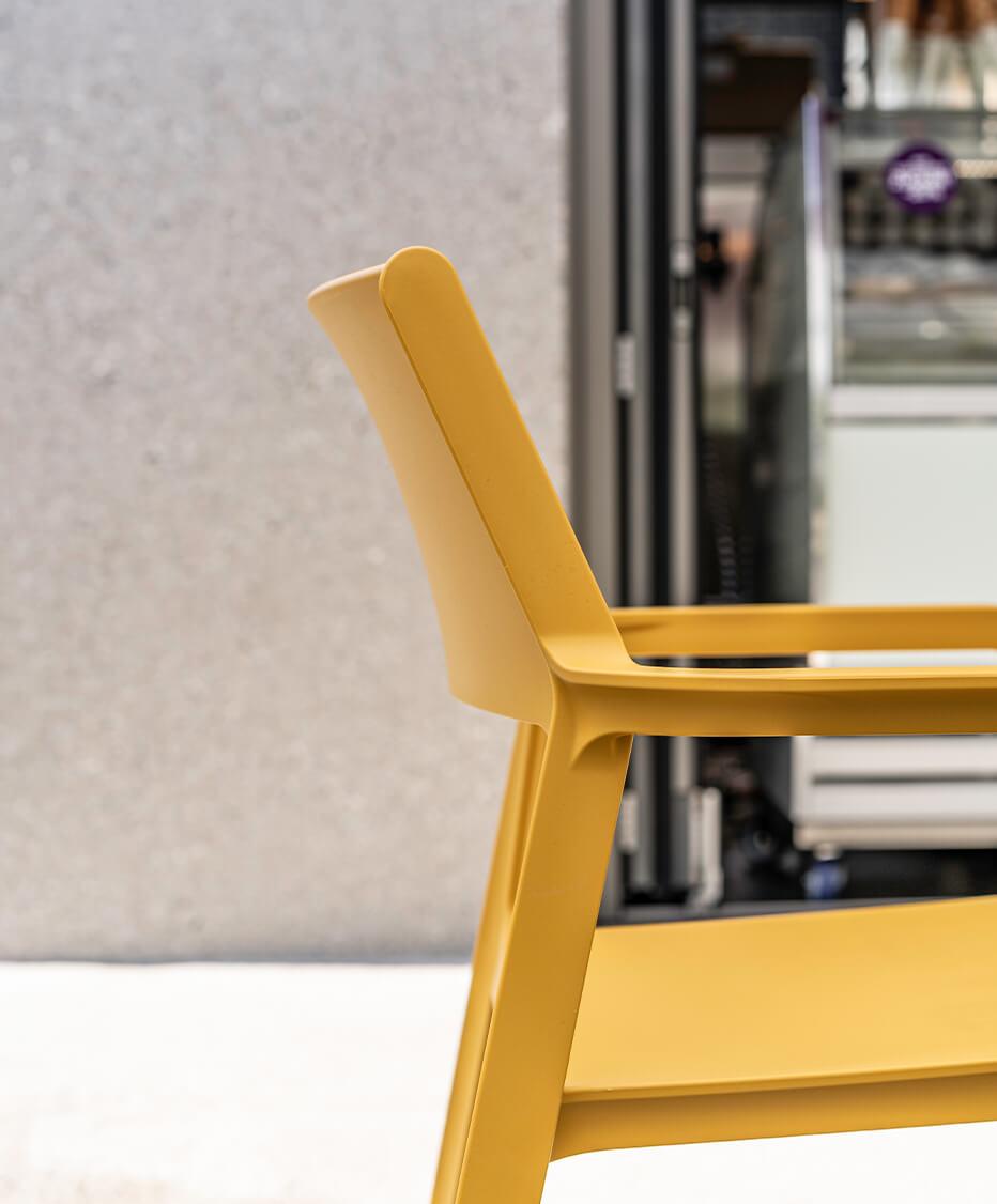 Gastgarten - La Ruffa Linz-Oed, Interior Design von der id Werkstatt aus Vorchdorf, warmes sonniges plätzchen vor dem Cafe, bunte und freundliche Sitzmöbel
