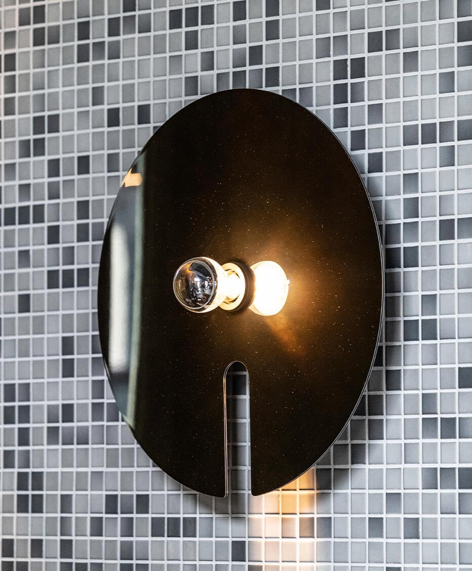 Wanddekoration und Wandgestaltung mit Bunten Mosaikfliesen und Spiegellampen mit Edison Glühlampe von der id Werkstatt