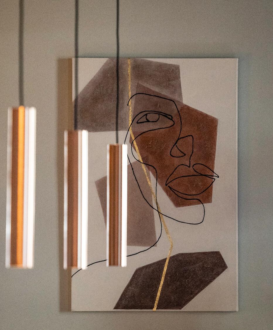 Bareinrichtung von der id Werkstatt - Künstlerische Gestaltung an den Wänden des Cafés Ring de Lounge in Wien, davor Kupferfärbige Metall Pendellampen