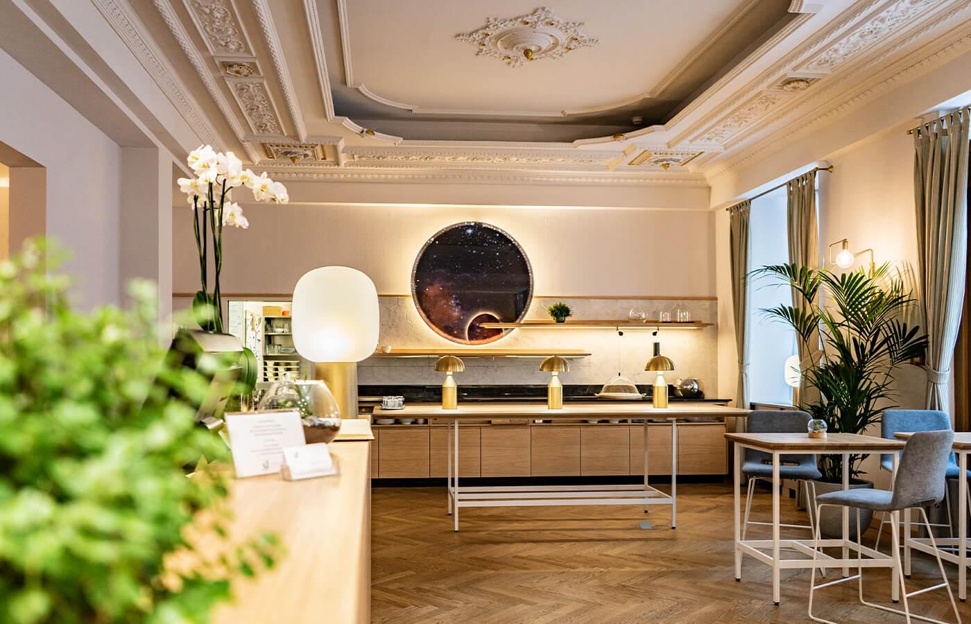 Hotel Rezeption und Zimmer von id Werkstatt - Bild Rezeption mit Frühstücksbuffet im Hintergrund von Starlight Suiten Hotels Wien